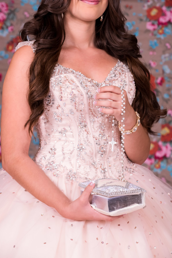 quinceanera_holding_bible_and_rosary
